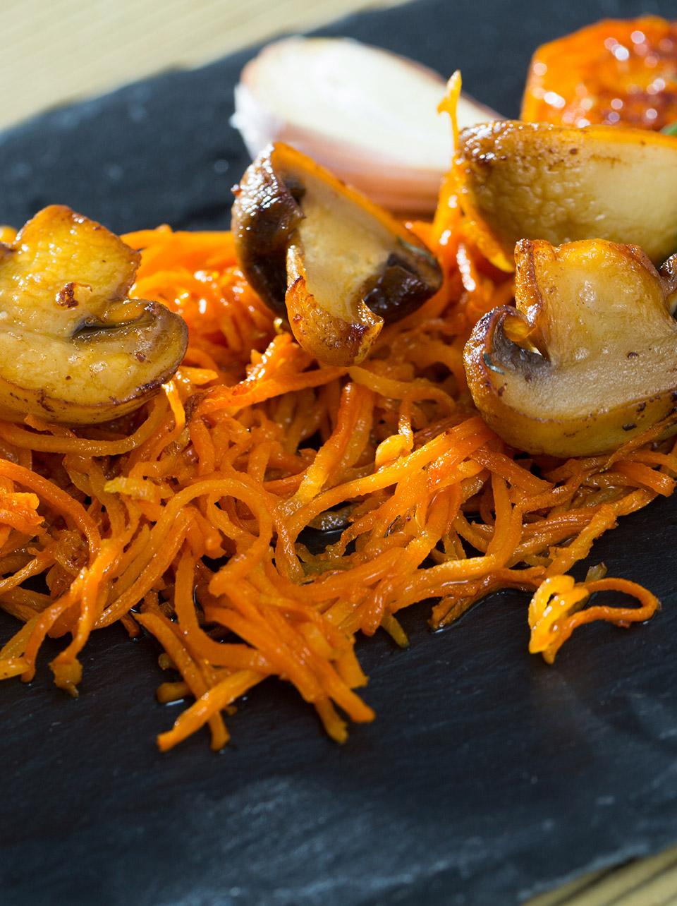 Grated carrot with mushrooms and Palacios chorizo